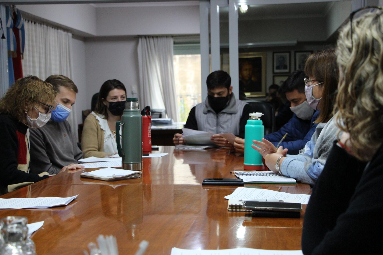 Se avanza en aspectos para la implementación de la Feria de productores en Villa Elisa